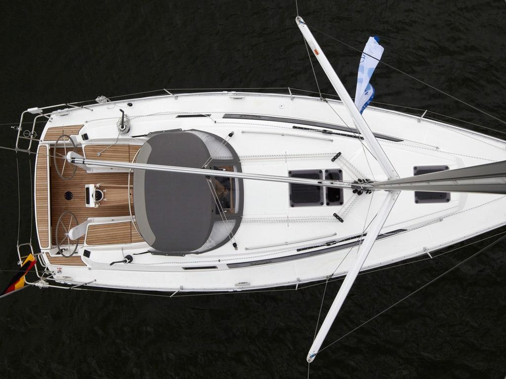 Zeilboot Bavaria 34 van boven