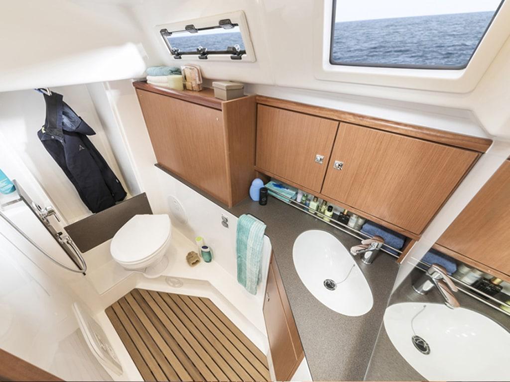 Zeilboot Bavaria 34 badkamer