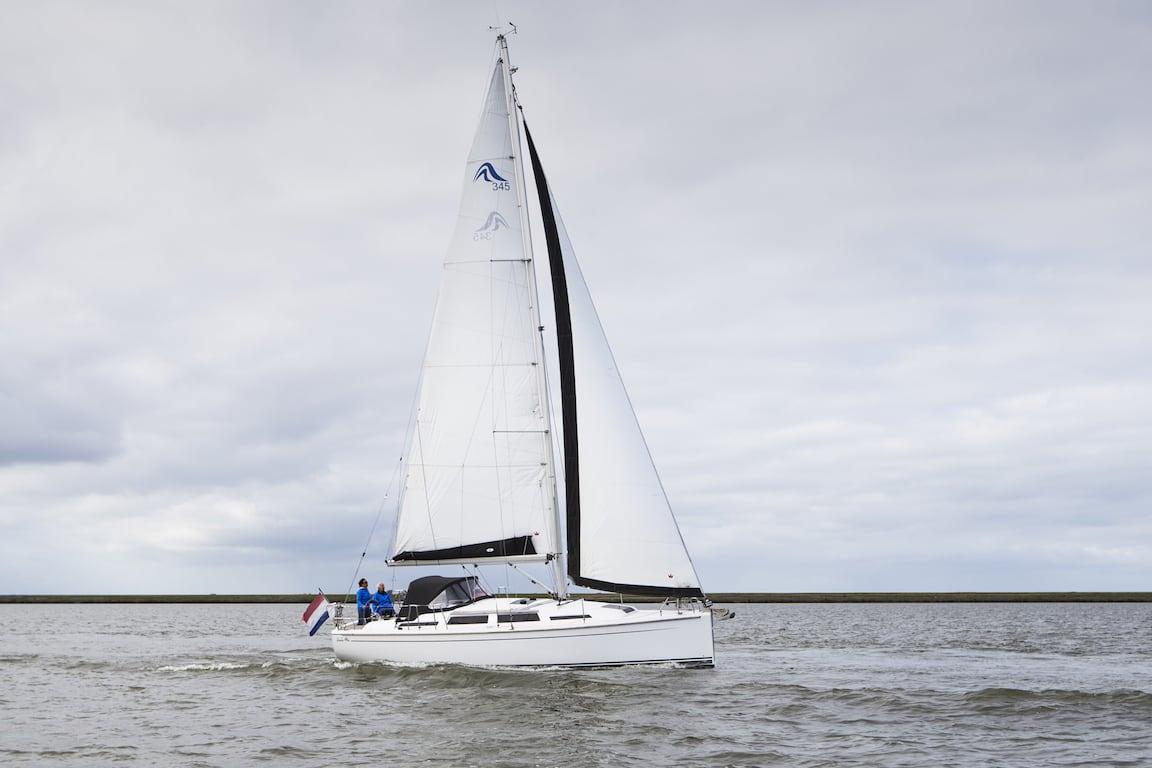 Zeiljacht Hanse 345 op IJsselmeer
