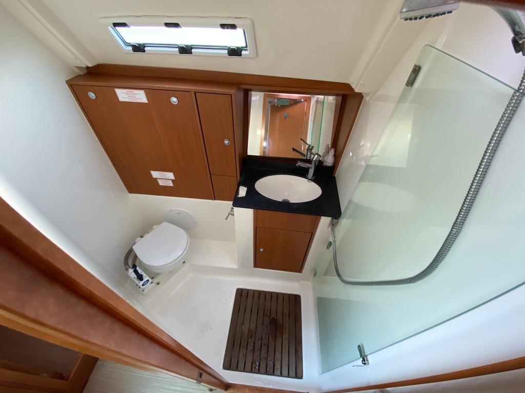 Zeilboot Bavaria 40 badkamer is te huur