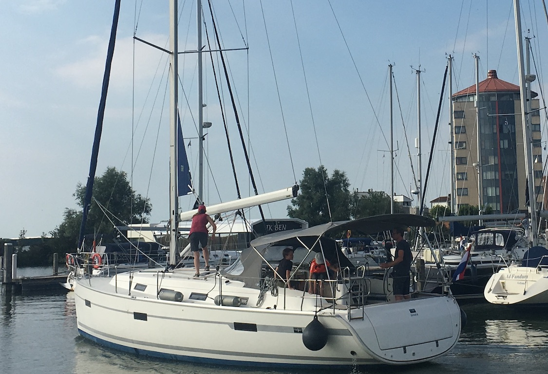 huur Zeilboot Bavaria 40 Harmony vaart de haven uit