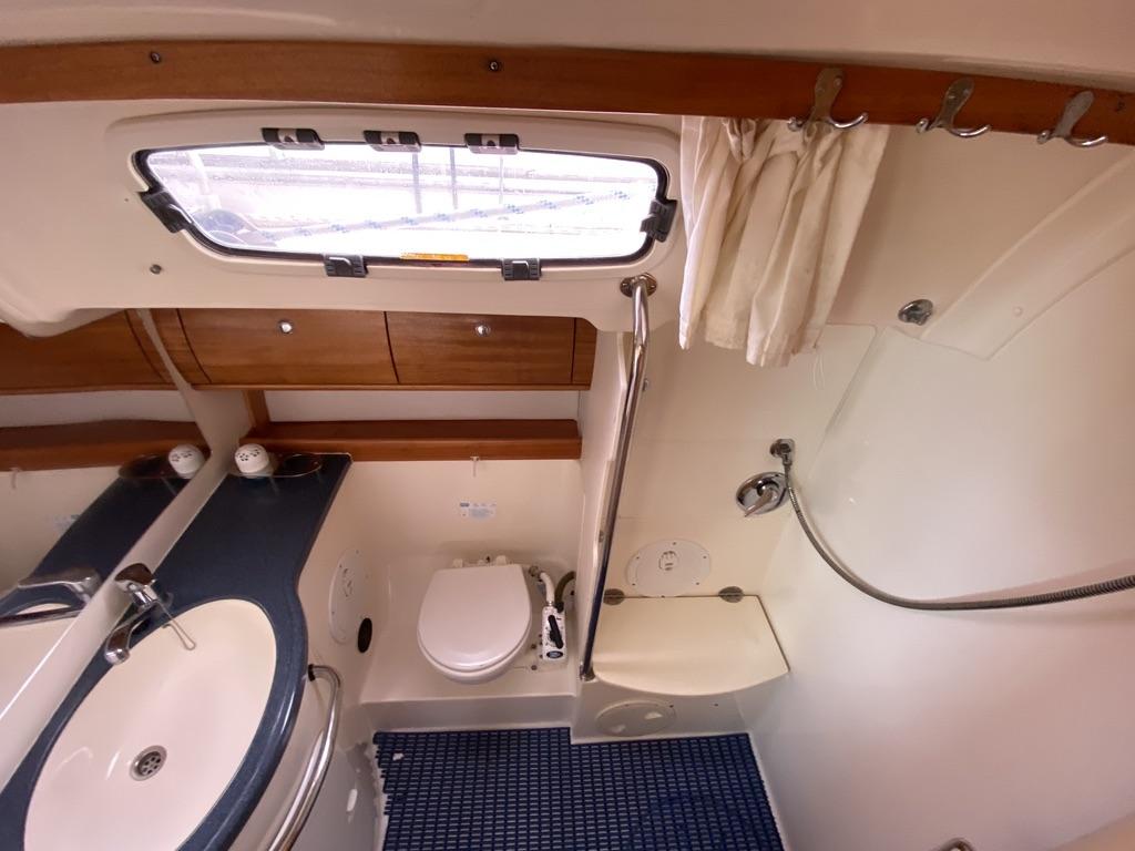 Bavaria 46 Cruiser Sanne badkamer