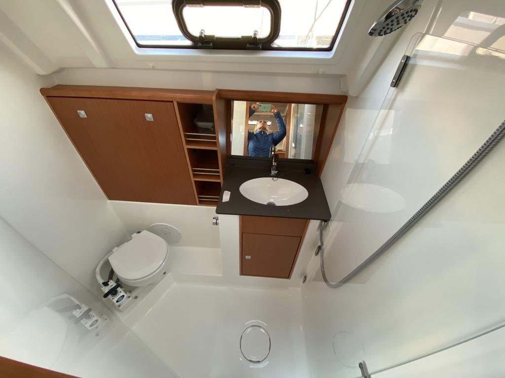 De badkamer van het zeiljacht Bavaria 41