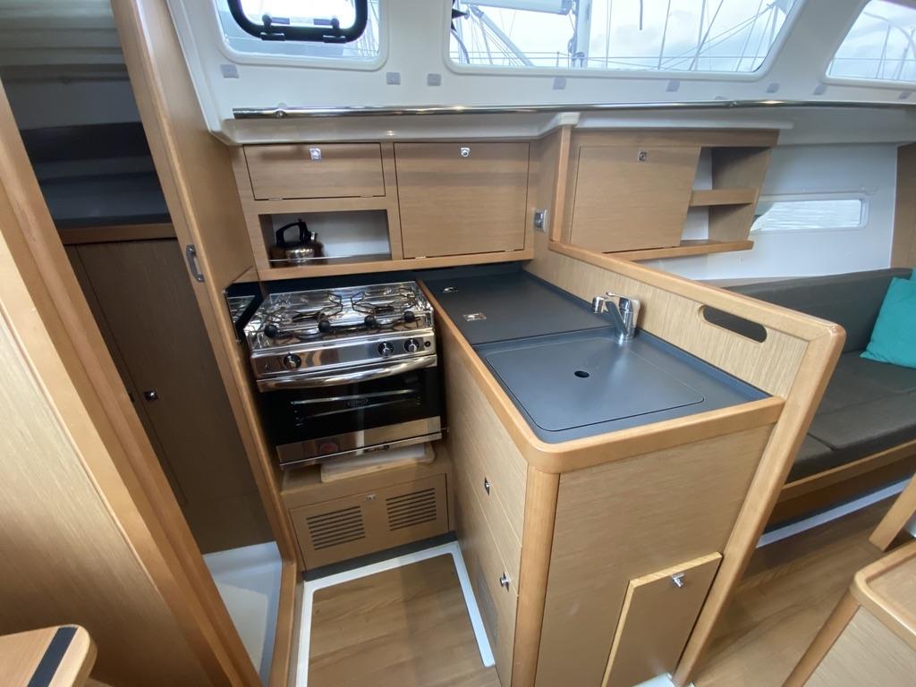 Keuken van Zeiljacht Jeanneau 319 Viventa