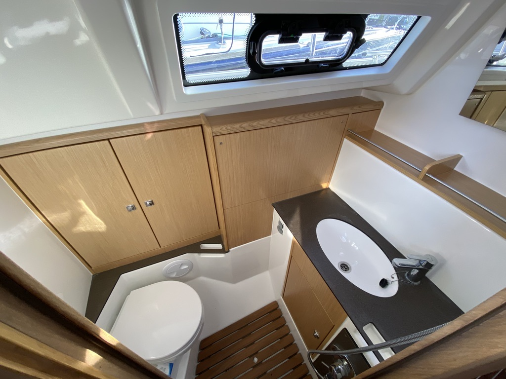 Het toilet van Zeiljacht Bavaria 37