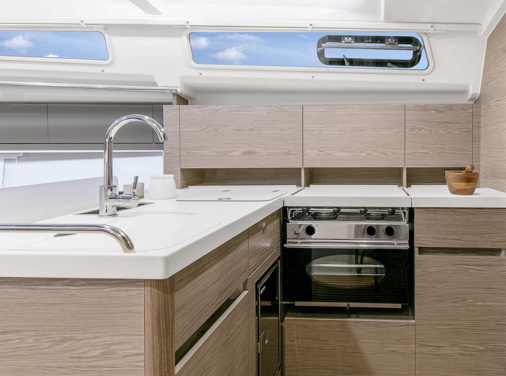 Keuken aanzicht Zeiljacht Hanse 388